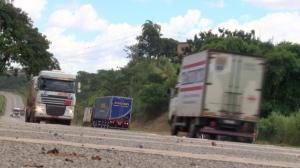 Caminhoneiros recebem marmitas em estradas de SP durante pandemia