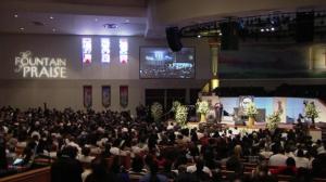 Enterro de George Floyd é acompanhado por multidão nos EUA