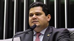 Senado aprova texto-base para adiar eleições municipais