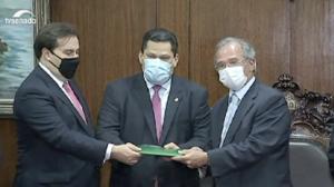 Guedes entrega proposta de reforma tributária a Maia e Alcolumbre