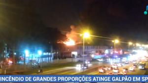 Incêndio de grandes proporções atinge galpão em Cotia, na Grande São Paulo