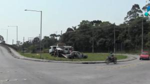 Bandidos atacam em estrada e incendeiam carros em São Paulo