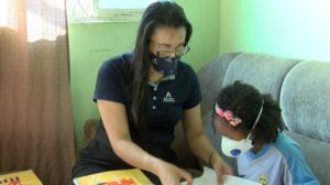 Criança de quatro anos que luta contra câncer homenageia professora