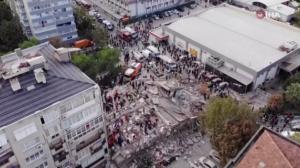 Forte terremoto causa destruição na Grécia e na Turquia