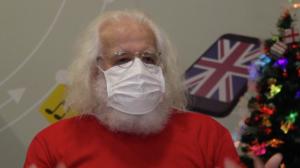 Papai Noel inspetor encanta adultos e crianças em colégio de SP