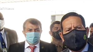 """Mourão diz que Pazuello faz trabalho """"competente"""" à frente da pasta"""