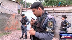 Polícia invade residência e encontra drogas escondidas no local