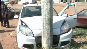 Homem rouba carro com vítima dentro e bate em poste ao encontrar polícia