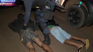 """Suspeito de tráfico se """"livra"""" de drogas em estrada durante perseguição"""