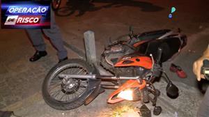 Ladrões de moto vacilam e caem durante perseguição policial