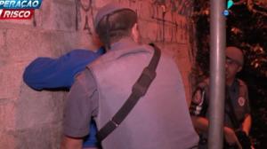 Policiais cercam favela à procura de traficantes
