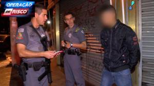 Ladrões em moto vacilam ao bater em carro e acabam presos