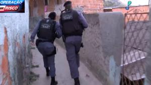 Policiais perseguem suspeitos de tráfico em viela de Vitória, no ES