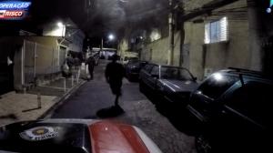 Polícia persegue traficantes em vielas de comunidade em SP