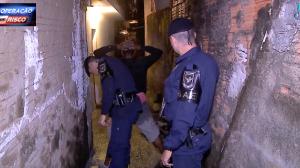 Em abordagem policial, rapaz diz que achou sacola com droga em caçamba
