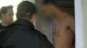 """Polícia cumpre mandado de prisão e acusado questiona: """"Como entraram aqui?"""""""