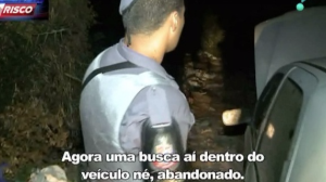 Ladrões abandonam carro roubado e fogem a pé