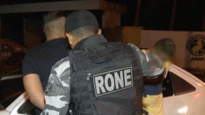 Homens são presos com arma de fogo e entorpecentes após abordagem policial