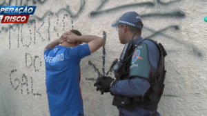 """Homem resiste à prisão e desafia policiais: """"Tira a mão de mim"""""""