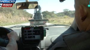 Ladrão de caminhão não obedece ordem de parada da polícia e acelera