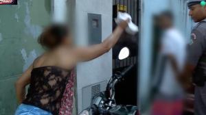 """Polícia enquadra traficante e mãe se desespera: """"Ele não precisa disso"""""""