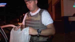 """Homem com sacola cheia de drogas tenta negar crime: """"Sei de nada, não"""""""