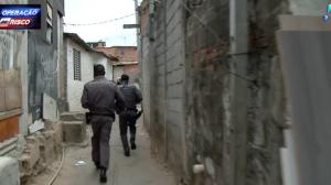 Suspeito tenta correr ao dar de cara com a polícia