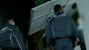 Homem exaltado fecha portão de casa ao discutir com policial
