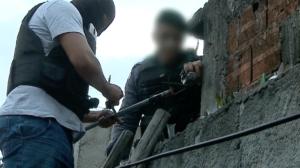 Dupla esconde drogas e arma caseira dentro de muro