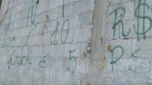 """Traficantes exibem """"cardápio de drogas"""" em muro na zona sul de São Paulo"""