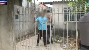 Casa de traficante é revistada e polícia encontra drogas e réplica de arma