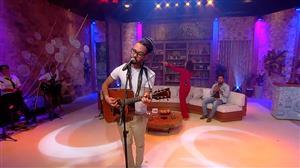"""Gabriel Elias canta """"Pequena Flor"""" no palco do Ritmo Brasil"""