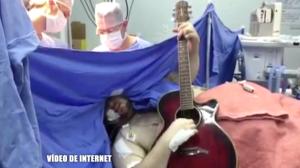 Vídeo de homem tocando violão durante cirurgia no cérebro choca Faa Morena