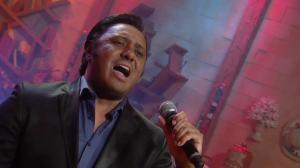 Rinaldo Viana mostra o poder da sua voz no palco do Ritmo Brasil
