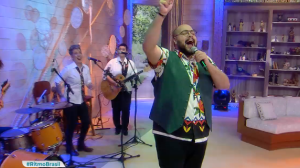 Tiago Abravanel canta Tim Maia no palco do Ritmo Brasil