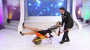 Daniela Albuquerque volta a ser criança ao ser carregada em carriola