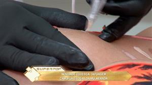 Tatuagem para camuflar estrias está fazendo a cabeça das mulheres