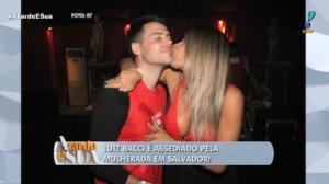 Luiz  Bacci é assediado pela mulherada em Salvador