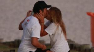 """Diabético, José Loreto """"quebra"""" quarentena e beija affair em praia"""