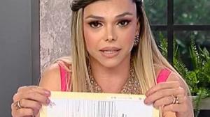 Léo Áquilla se emociona ao mostrar nova certidão de nascimento