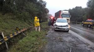 Vídeo mostra acidente que deixou 3 mortos após ultrapassagem de caminhão