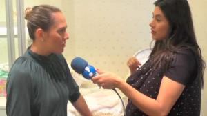 Fl�via Noronha monta a mala para a maternidade com ajuda de profissional
