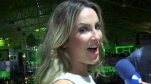 Claudia Leitte mostra 'aperitivo' do samba no p�: 'Coisa de brasileira'