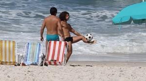 Duda Nagle � visto cabeludo e 'sarad�o' na praia