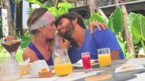 Deborah Secco curte romance com surfista
