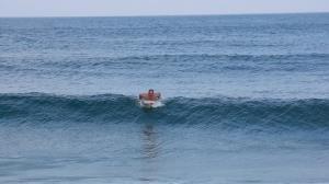 Humberto Martins tenta surfar, mas o mar o trapaceia
