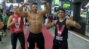 Fabiana Mello acompanha feira fitness com lutadores do XFC