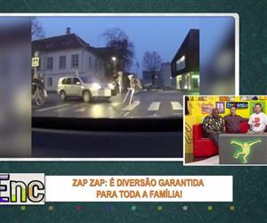 Homem desce do carro para ajudar idosa atravessar a rua mas esquece o freio