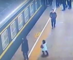 Menina cai de plataforma e é salva por passageiros na China