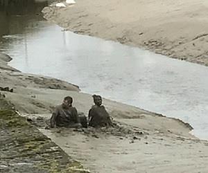 Casal bêbado cai em rio e fica preso na lama por 45 minutos